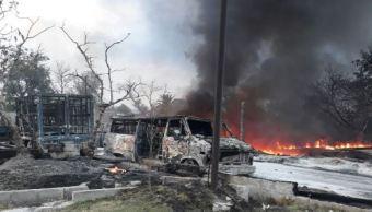 El fuego alcanzó dos camionetas que transportaban cuatro contenedores con capacidad para mil litros cada uno.(Twitter@SSP_Puebla)