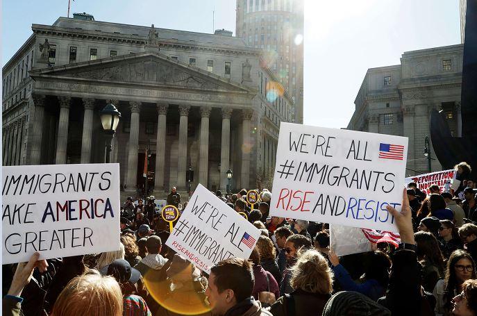 Manifestantes protestan en Nueva York contras las detenciones y deportaciones de inmigrantes. (AP/archivo)