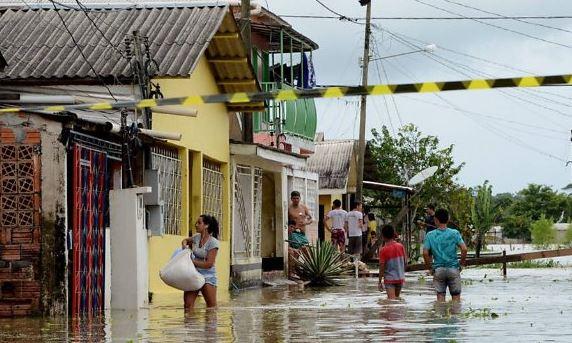Una persona muere y decenas resultan heridas tras las fuertes tormentas y ráfagas de viento que azotan localidades del sur de Brasil. (Twitter@LemusteleSUR)