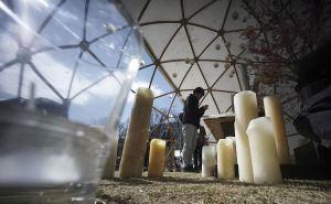 Se hicieron ofrendas florales a las víctimas en lugares simbólicos de algunas de las ciudades donde el tsunami causó mayores estragos. (AP)