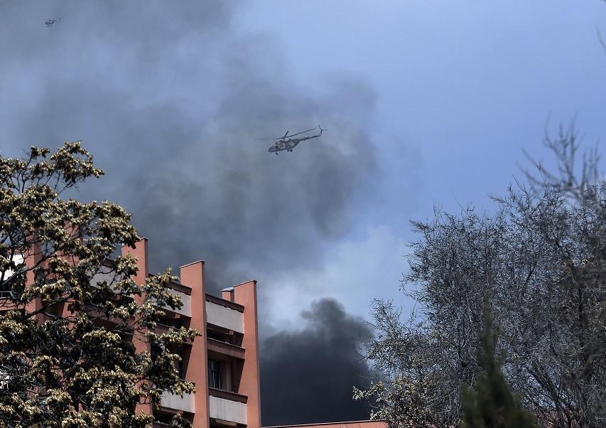 Los helicópteros del ejército de Afganistán sobrevuelan el hospital militar más grande en Kabul (AP)
