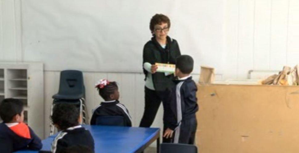 La niña haitiana Diulka ingresa a un kínder de Tijuana. (Noticieros Televisa)