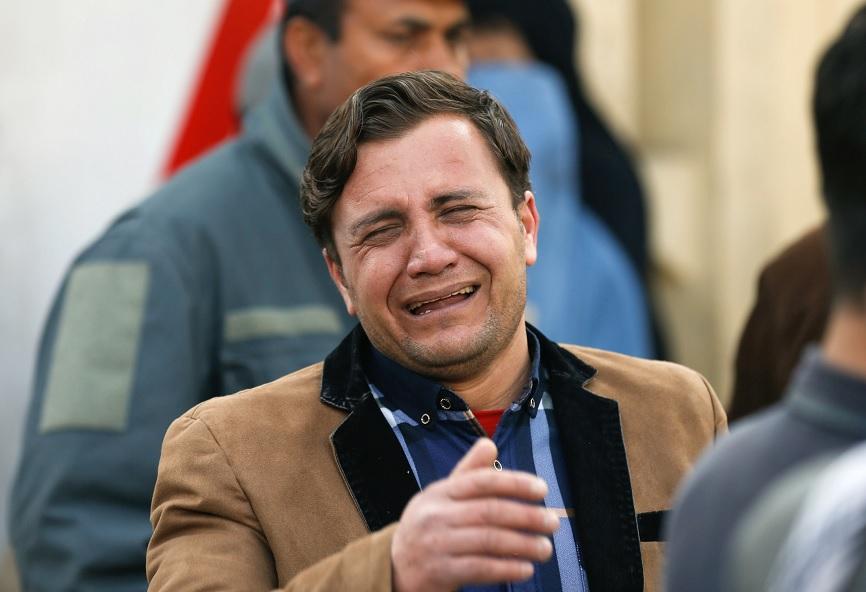 Un hombre afgano llora afuera de un hospital militar en Kabul (Reuters)