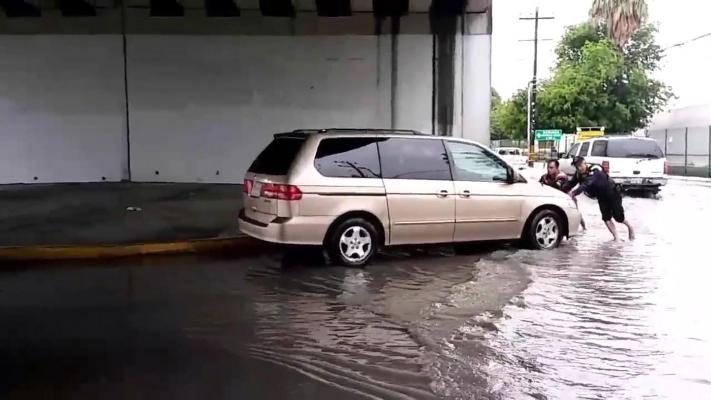 Camioneta varada en avenida del municipio de Escobedo; las precipitaciones colapsan varias zonas del área metropolitana de Monterrey (Twitter @LeydaEstradat)