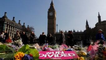 Tributos florales se encuentran en la Plaza del Parlamento después del ataque en Westminster, en Londres (Reuters)