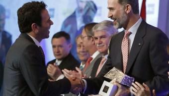 Felipe VI entrega el premio de Periodismo Rey de España a Carlos Loret de Mola. (Twitter, @NTelevisa_com)