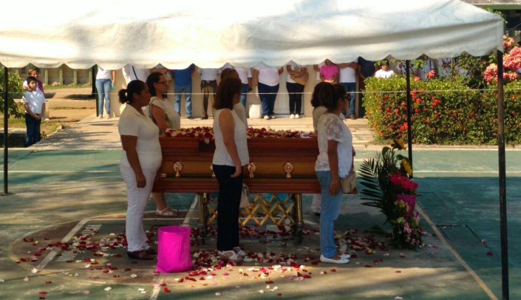 Compañeros de la maestra Deyanira Rodríguez, asesinada en Veracruz, montan una guardia de honor. (Twitter/@Los_Editores)