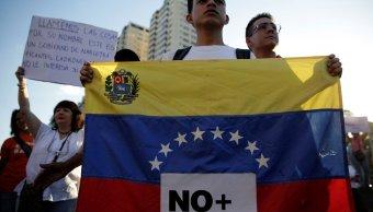 Marcha de opositores que denuncia al régimen de Nicolás Maduro como una dictadura (Reuters)