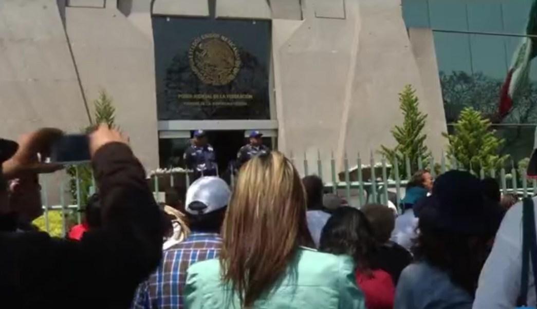 Integrantes del Frente Mexiquense en 'Defensa para una Vivienda Digna AC', marchan en la CDMX.