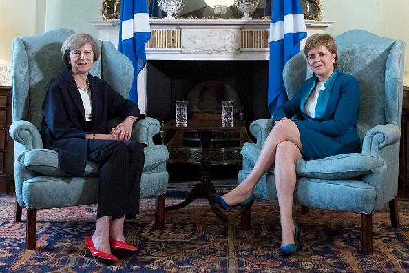 Theresa May, primera ministra británica, y Nicola Sturgeon, ministra principal de Escocia, sostienen una reunión; la líder británica desestima un segundo referendo independentista (Getty Images, archivo)