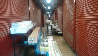 Al menos 20 toneladas de productos apócrifos son asegurados por la PGR en el mercado San Juan de Dios, en Guadalajara, Jalisco, para prevenir los delitos contra los Derechos de Autor y la Propiedad Industrial. (Twitter@NTRGuadalajara)