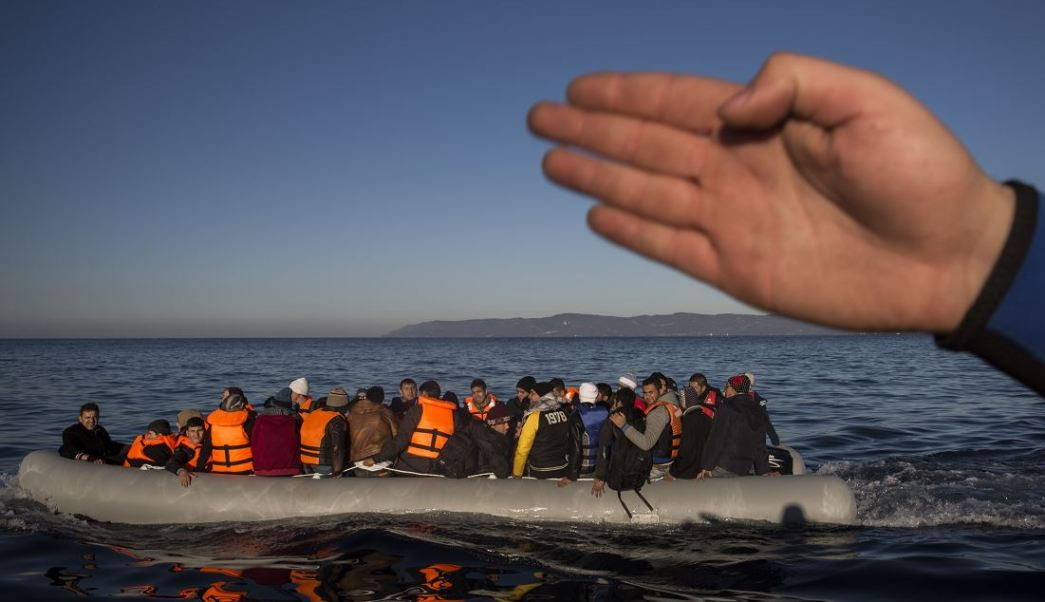 En la ruta mediterránea los traficantes recurren cada vez más a hacer llamadas de emergencia en lugar de abandonar a los migrantes. (AP, archivo)