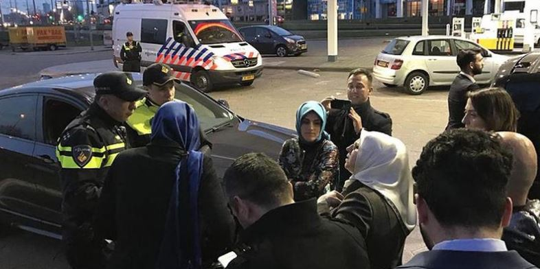Fatma Betül Sayan Kaya, ministra turca, fue retenida por la Policía holandesa cuando se dirigía al consulado de su país en Rotterdam, donde cientos de personas protestaban; horas antes, al ministro de exteriores turco le había denegado el aterrizaje en suelo holandés.(Twitter@NoticiasTurquia)