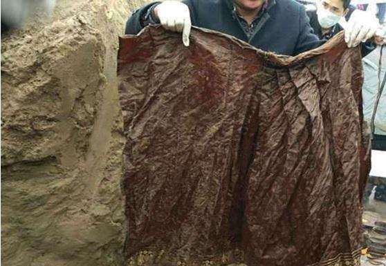 Vestimenta de momia de 500 años de antigüedad hallada en la localidad de Zhoukou, China; también encuentran algunos objetos fúnebres (scmp.com)