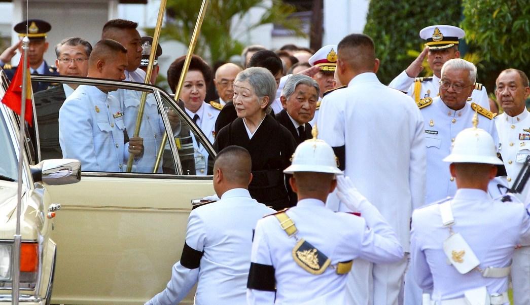 El emperador japonés Akihito y la emperatriz Michiko llegan a Tailandia para homenajear al fallecido rey Bhumibol Adulyadej (Reuters)
