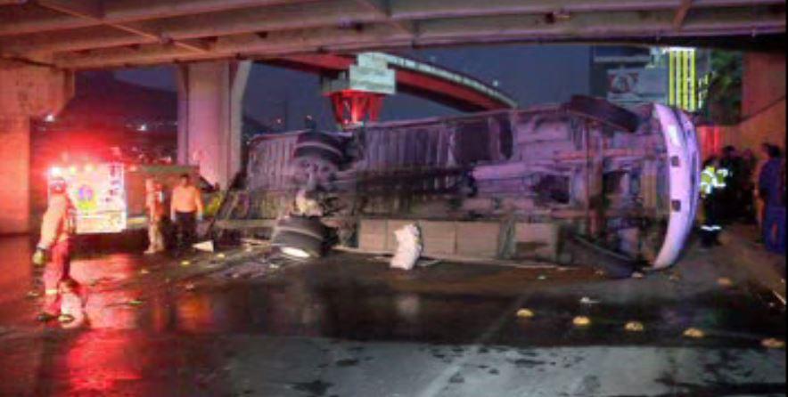 Volcadura de camión de transporte de personal causa 17 heridos en Monterrey