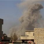 Humo se levanta tras un enfrentamiento entre la Coalición Internacional y el Estado Islámico en el oeste de Mosul, Irak (Reuters, archivo)