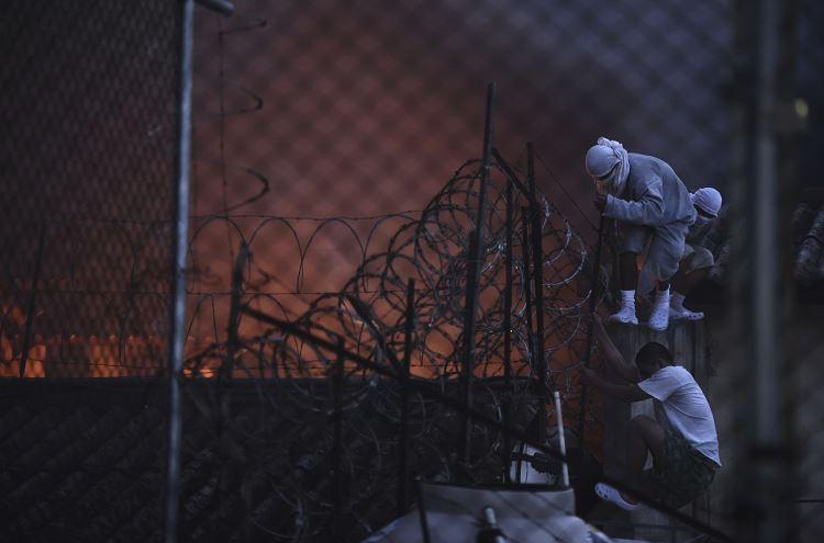 """Las autoridades siguen sin conseguir retomar el control del centro pues, supuestamente, los internos piden, entre otras cosas, que trasladen a varios """"amigos"""" y """"compañeros"""", recluidos en otros correccionales, a éste. (AP)"""