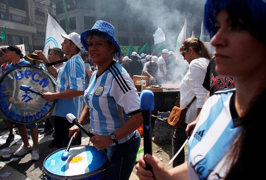 Miembros de la Confederación General del Trabajo de Argentina (CGT) organizan una amplia marcha solidaria con maestras en huelga en Buenos Aires (AP)