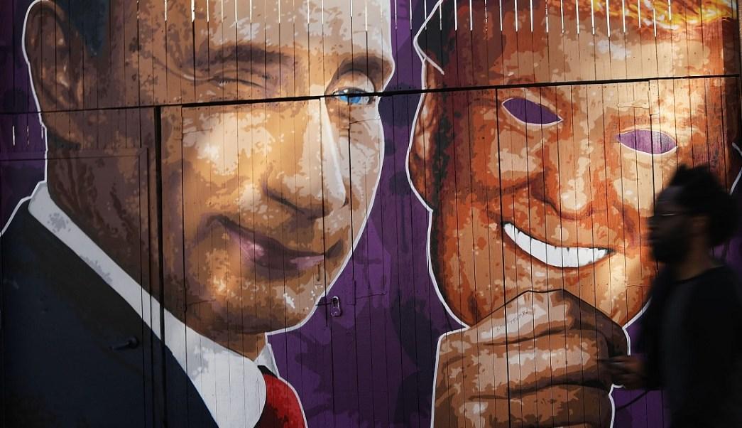 Un mural que representa a Vladimir Putin sacar su máscara de Donald Trump, se encuentra en Brooklyn, New York (Getty Images)