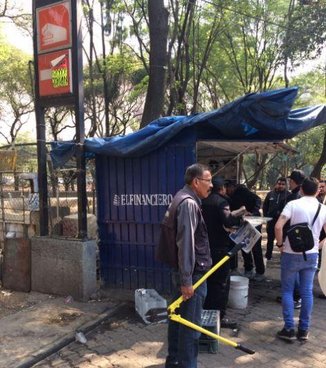 Retiran 91 puestos ambulantes instalados en el acceso del Metro Auditorio. (@SeGobCDMX)