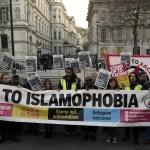 La gente sostiene una pancarta durante la 'Vigilia de la Unidad' contra el racismo y la islamofobia en reacción al ataque del miércoles en Londres. (AP)