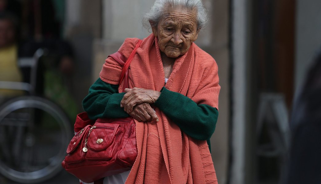 Mujer se cubre en una mañana fría; el cielo de la Ciudad de México permanece nublado con probabilidad de lluvia ligera (NTX, archivo)