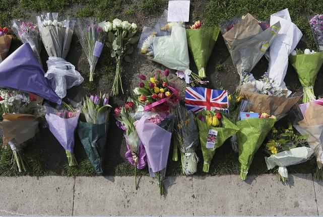 Ofrendas florales en honor a las víctimas del ataque terrorista en Londres. (AP)