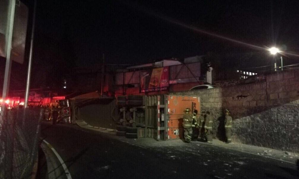 Tráiler con maquinaria vuelca sobre la salida a Cuernavaca; un vehículo cargado con abarrotes se accidentó en la misma zona esta semana (Twitter @firenewsmx1)
