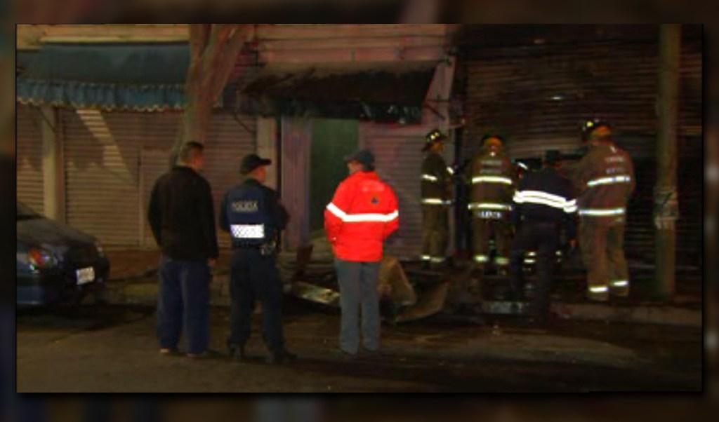Vecinos de la colonia Anáhuac desalojan un edificio por un incendio en la planta baja; no se reportan lesionados (Noticieros Televisa)