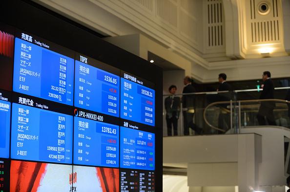 Pantallas en el piso de operaciones de la Bolsa de Tokio. (Getty Images)