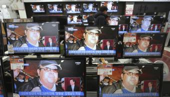 Pantallas en una tienda de Corea del Sur muestran la imagen de Kim Jong-nam, hermano mayor del líder norcoreano, asesinado en Kuala Lumpur. (AP)