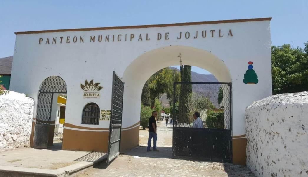 Trabajos de exhumación de la fosa común del panteón municipal de Jojutla, Morelos. (Notimex, archivo)