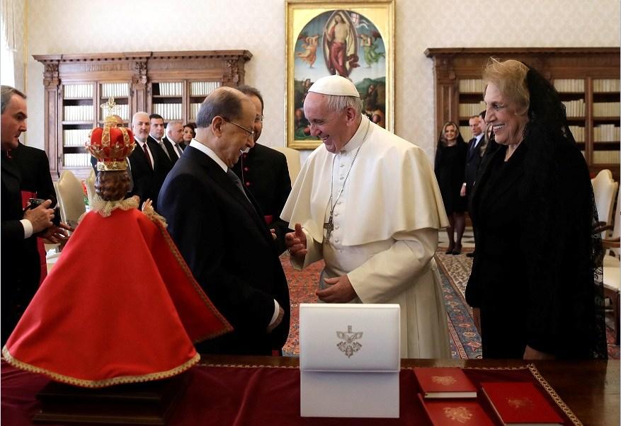 El papa Francisco y el presidente de Líbano, Michel Aoun, intercambian regalos durante una reunión en el Vaticano (Reuters)