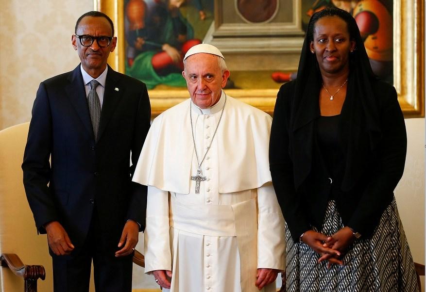 El papa Francisco posa con el presidente de Ruanda, Paul Kagame, y su esposa Jeannette, tras sostener un encuentro (Reuters)