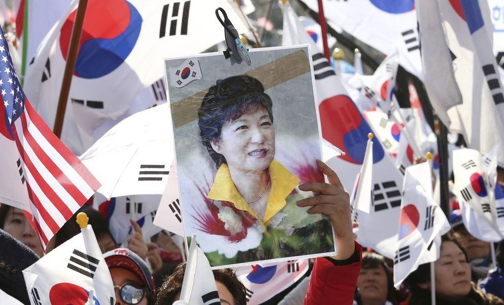La noticia fue celebrada por los manifestantes, quienes desde un día antes ya habían acampado en las cercanías al Tribunal. (AP)