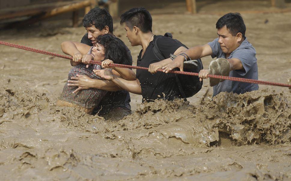 Las inundaciones de las últimas semanas, que, hasta el momento, han cobrado la vida de 75 personas y han dejado 263 heridos, 20 desaparecidos, unos 100 mil damnificados y 630 mil afectados. (AP)