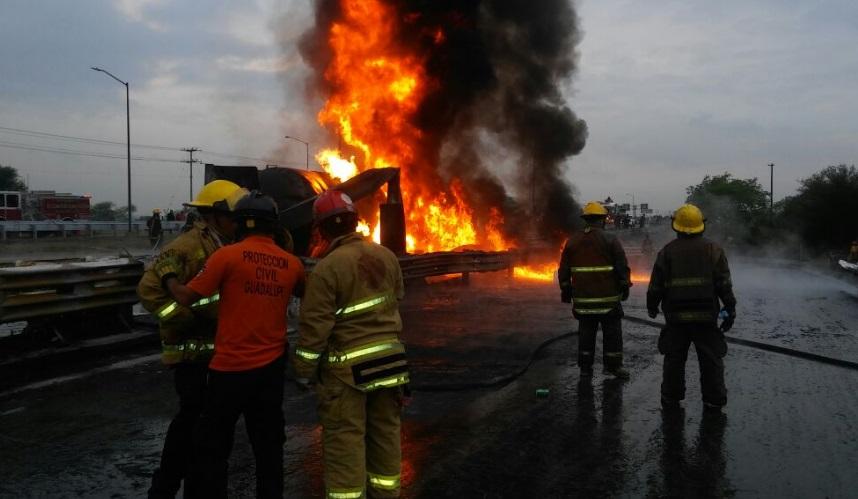 Bomberos laboran en el incendio de una pipa con gasolina en la autopista Monterrey-Reynosa a la altura de Municipio de Juárez (Twitter @BomberosNL)