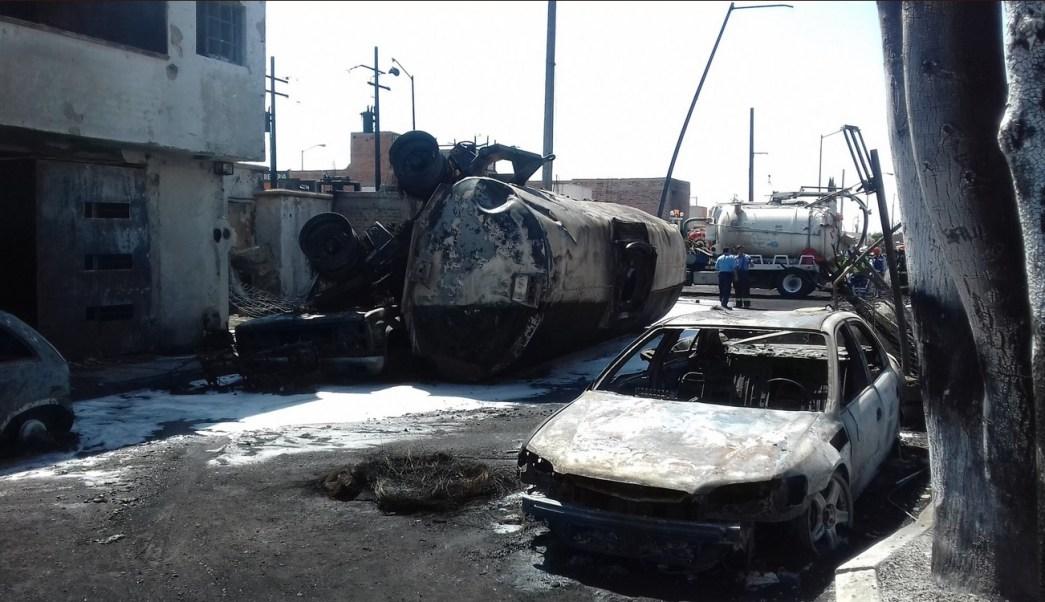 Tres personas resultaron intoxicadas y una más presenta una fractura de brazo, luego de la explosión de una pipa con 30 mil litros de combustible. (Twitter @suegemergencias)