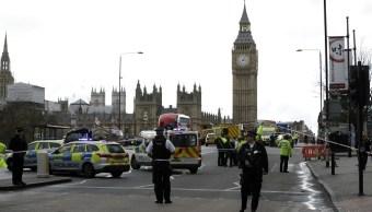 La policía de Londres asegura el área del lado sur del puente de Westminster cerca del Parlamento británico (AP)