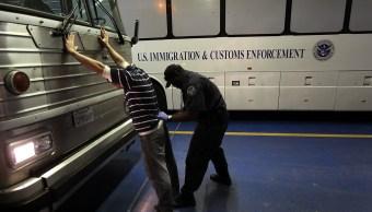 Un inmigrante mexicano indocumentado es detenido por policías del Centro de Inmigración y Aduanas (ICE) (Getty Images)