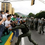 Policías repliegan a manifestantes en calles de Caracas, capital de Venezuela (Reuters)