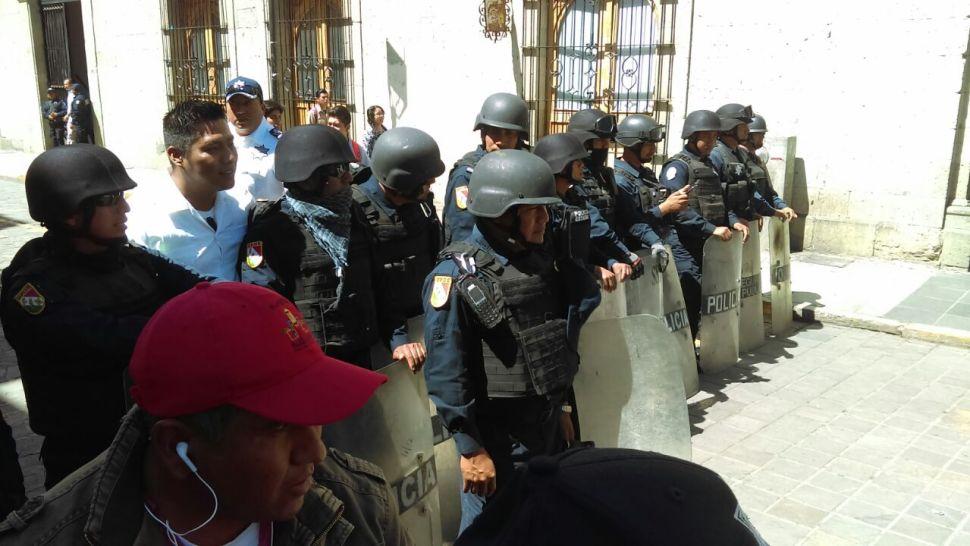 Policías repliegan a miembros de la CNTE en Oaxaca. (Noticieros Televisa)