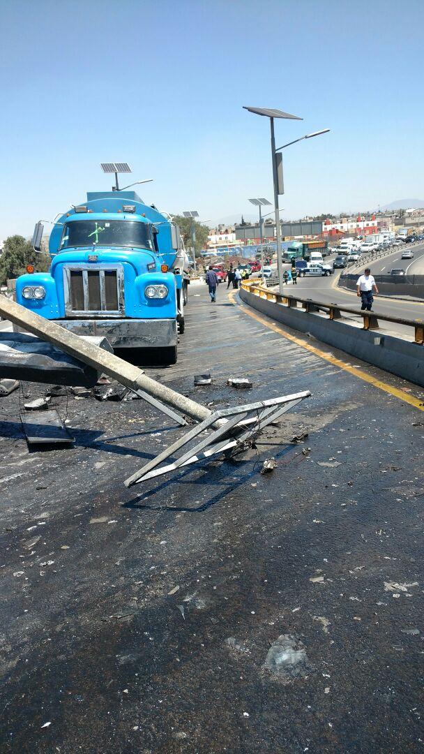 Poste afectado por incendio en el Circuito Exterior Mexiquense (Noticieros Televisa/Alan Hernández)