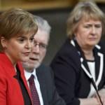 La primera ministra de Escocia, Nicola Sturgeon, habla en el Parlamento escocés durante un debate sobre un referéndum de independencia (Reuters)