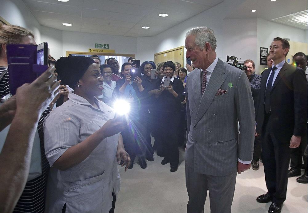 El príncipe Carlos visita a las víctimas del atentado en Londres y se reúne con personal médico del hospital (Reuters)