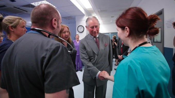 El príncipe Carlos visita a las víctimas del atentado en Londres y se reúne con personal médico del hospital (Twitter @britishroyals)