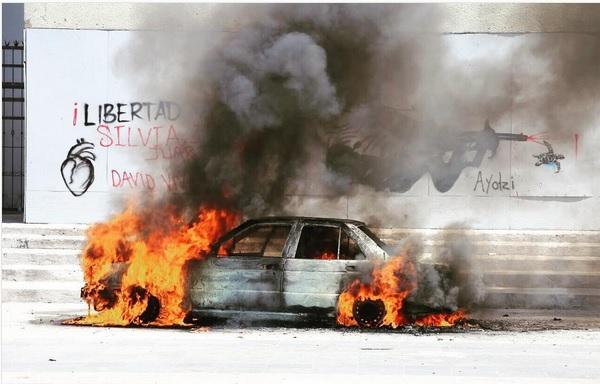 Un grupo de manifestantes del Bloque Democrático prendió fuego a un vehículo. (Twitter @juanelo_28)