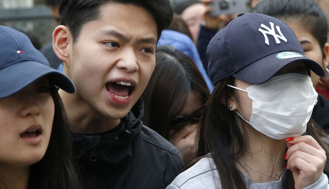Las protestas de los chinos en París dejan tres lesionados y 35 detenidos. (AP)