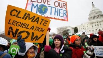 Activistas piden acciones urgentes del Congreso sobre el cambio climático, energía y economía en Washington (Getty Images)